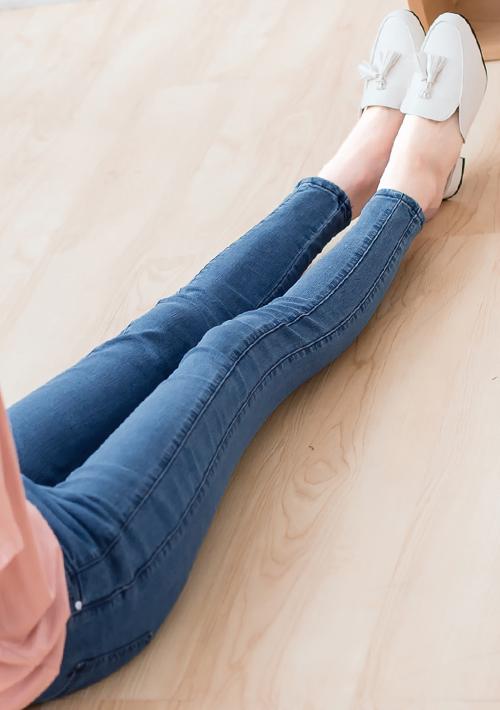 顯瘦剪裁窄管牛仔褲